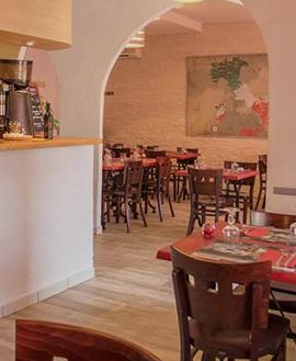 Intérieur de la la Pizzora, pizzeria et restaurant italien à Carcassonne (11) : nombreuses tables et chaises, esprit chaleureux